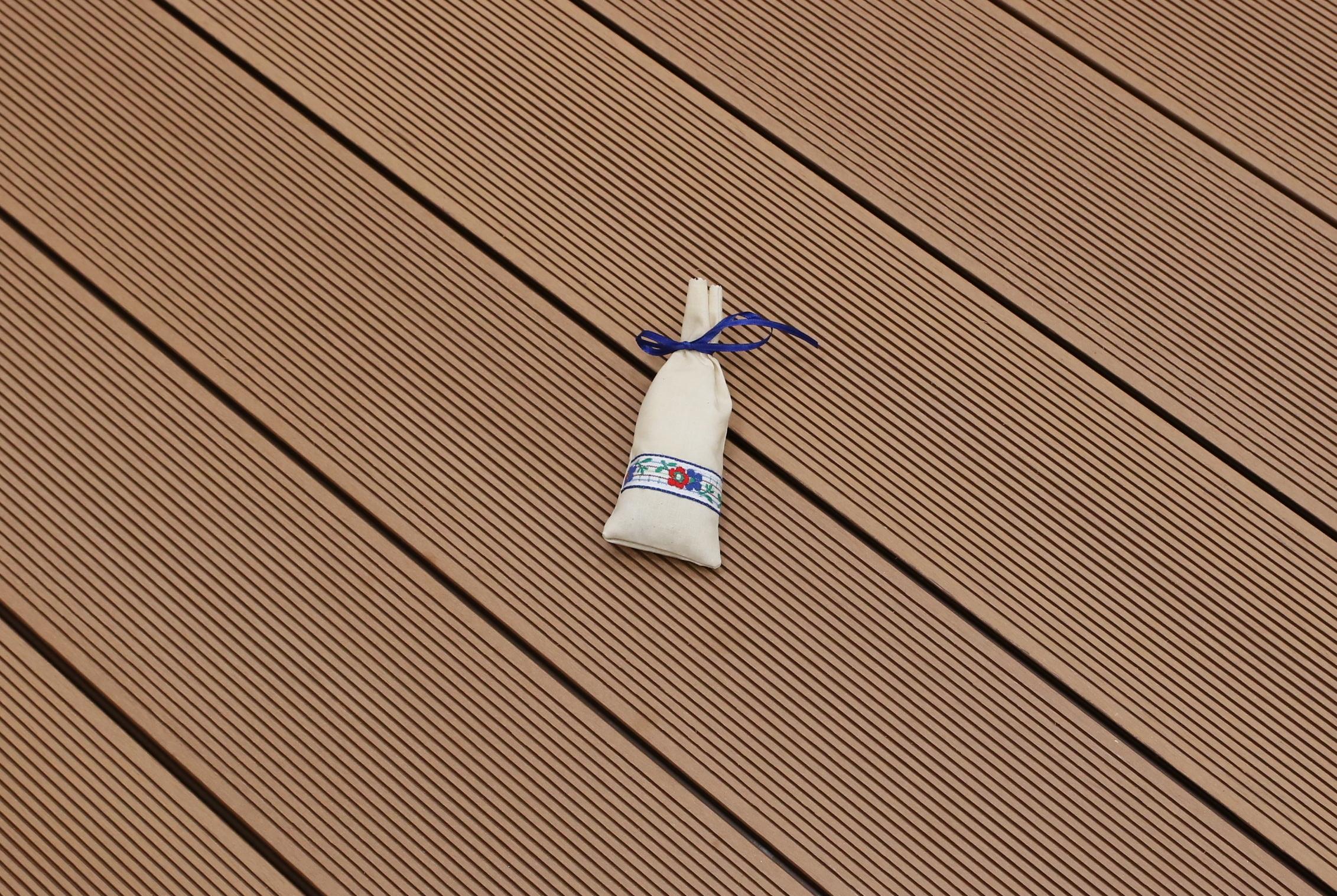 WPC Terrasse massiv, hellbraun, Oberfläche fein gerillt, 22 x 143 bis 4800 mm, Vollprofil, 7,90 €/lfm