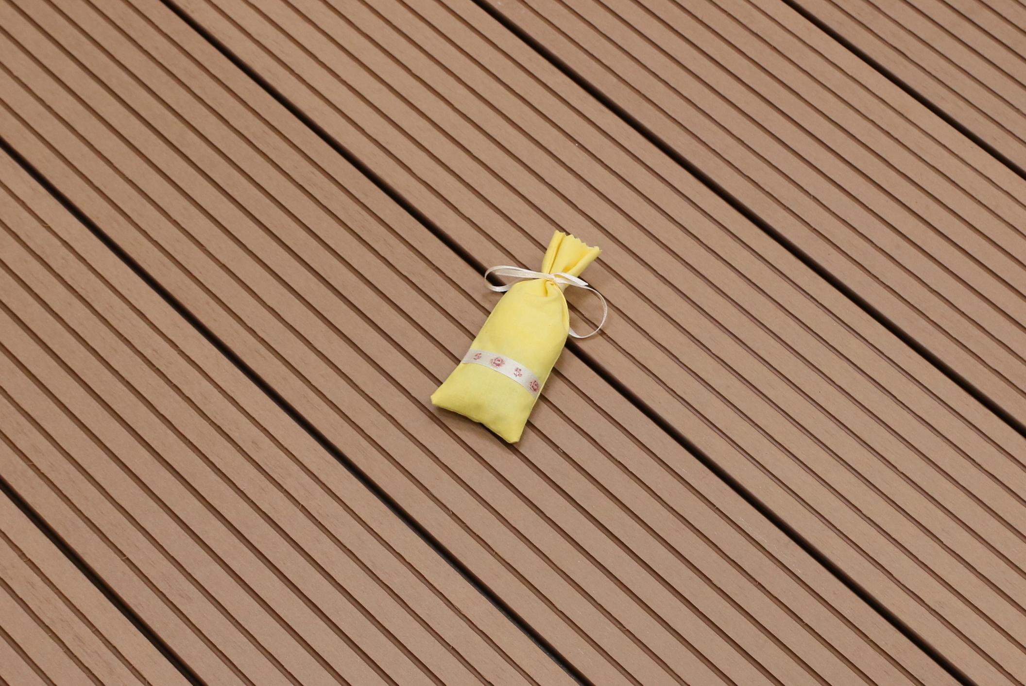 WPC Terrasse massiv, hellbraun, Oberfläche grob genutet, 22 x 143 bis 4800 mm, Vollprofil, 7,90 €/lfm